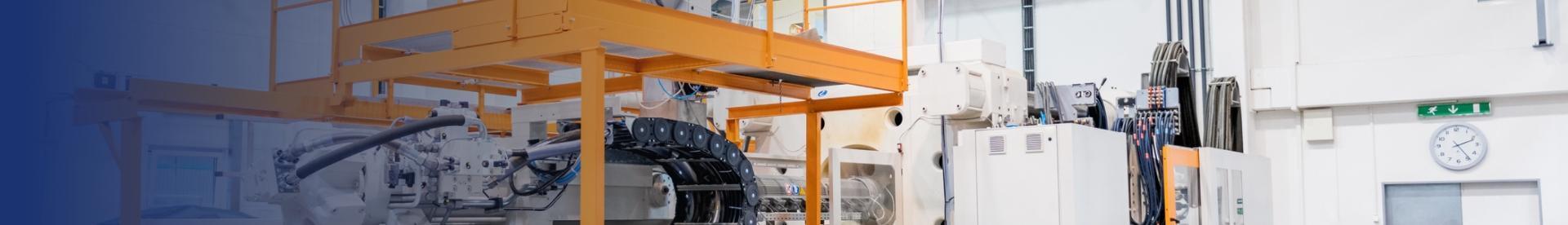 Maszyna produkcyjna z pomarańczowymi schodami